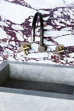 Inspiratieboost: een badkamer met gekleurd marmer - Roomed