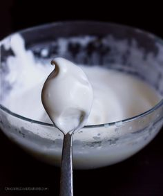 "No corn syrup, no powdered sugar, no raw eggs. You will NEVER believe the 2 ingredients that make this ""marshmallow fluff:"" aquafaba and a sweetener of your choice! Vegan Treats, Vegan Foods, Vegan Recipes, Meringue Recept, Vegan Meringue, Keks Dessert, Patisserie Sans Gluten, Recipes With Marshmallows, Marshmallow Recipes"