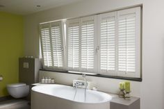 Shutters are the ideal sunblinds for regulating light and privacy. Indoor shutters have adjustable, horizontal louvers. Drapes And Blinds, Blinds For Windows, Drapes Curtains, Louvre Doors, Louvre Windows, Bad Inspiration, Bathroom Inspiration, Store Lamelle, Store Venitien