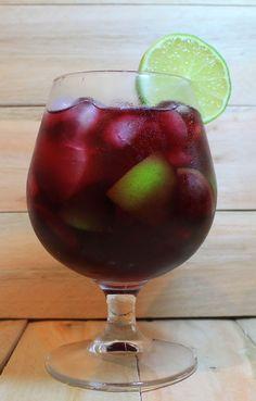 Caipirinha de vinho        Ingredientes:         1 taça de vinho tinto (pode ser seco ou suave)     1 colher de sobremesa de açúcar     1 ...