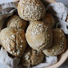 Grovboller der er luftige og bløde men samtidig utrolig sunde. Denne opskrift på hjemmebagte grovboller er med fuldkorn og havregryn.