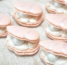 clam shell mermaid macarons(Summer Baking Treats) [painted malteaser as pearl] Delicious Desserts, Dessert Recipes, Yummy Food, Macaroon Recipes, French Macaroons, Pink Macaroons, Chocolate Truffles, Chocolate Torte, Chocolate Shop