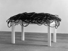 Reiner Ruthenbeck:  Tisch mit Gummiseil (1983)