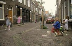 Kinderen spelen op straat in de haarlemse wijk 'de Vijfhoek', Haarlem, Nederland. 1982.