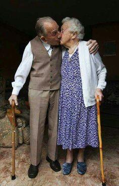 Ele com 100 anos, ela com 99, juntos há 82 anos.