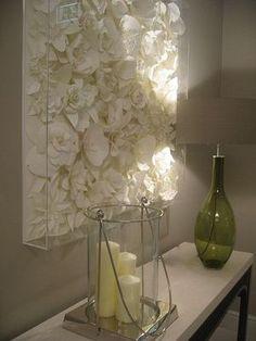 Allerlei verschillende vormen kunstbloemen in 1 kleur spuiten, bij elkaar op 1 ondergrond plakken. Hier is plexiglas over gemaakt om te beschermen tegen stof.