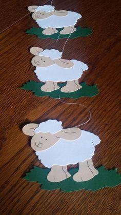 """FENSTERBILD - Kette Tonkarton Deko Frühling Ostern Schaf Gras NEU süß - EUR 2,90. Fensterbild aus Tonkarton gebastelt """" Schafe """" Maße: je Schaf: ca. 13 x 9cm Gesamtlänge ohne den obersten Aufhängefaden: ca. 45cm zum Aufhängen oder an die Scheibe zu kleben. Die Fensterkette ist beidseitig gearbeitet, so dass man sie sowohl von innen als auch von außen anschauen kann! > Zum Aufhängen oder an die Scheibe zu kleben. Die Fensterkette ist beidseitig gearbeitet, so dass man die Kette so..."""