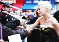 Michelle Williams signs autographs at the premiere of Manchester by the Sea in London, England, 08.10.2016 | BFI Film Festival