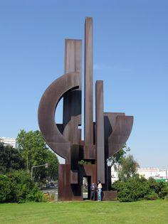 """La sculpture de Fontenay sous bois est la plus grande sculpture monumentale d' Europe en acier corten.    Marino di Teana a réalisé lui-même toutes les mesures,  les calculs, les études de terrain et de proportinalité  par rapport à la place pour cette sculpture.  Quand il ont verifié les plans,""""Les ingénieurs n'ont pas touché une vis""""!  L'original se trouve dans la collection du MAC VAL."""