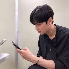 1 person phoneYou can find Korean beauty and more on our person phone Suho, Cha Eunwoo Astro, Lee Dong Min, Korean Boys Ulzzang, Ulzzang Boy, Cha Eun Woo, Lee Jong Suk, Kdrama Actors, Kpop