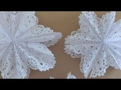 Make snowflake stars from doilies and a gluestick. Diy Christmas Star, How To Make Christmas Tree, Christmas Tree Cards, Christmas Paper, Christmas Crafts, Paper Doily Crafts, Doilies Crafts, Paper Doilies, Flower Crafts