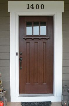 dark color of brown door with black knob grey exterior and white trim. Also like numbers above door FRAME FRONT DOOR Grey Exterior, Exterior House Colors, Exterior Doors, Entry Doors, Exterior Paint, Diy Exterior Wood Door, Estilo Craftsman, Craftsman Door, Craftsman Exterior