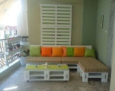 You would love to have a large terrace, one of those that when you see them one relaxes instantly. However, the reality is that you have a small balcony. Pallet Furniture, Furniture Making, Cool Furniture, Outdoor Furniture Sets, Furniture Ideas, Recycled Pallets, Wooden Pallets, Shabby Home, Pallet Designs