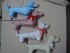 Conjunto de cuatro  perros salchichas