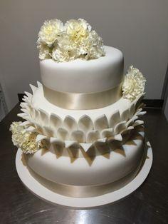 Třípatrový svatební dort obalený fondánem, dozdobený saténovými stuhami a živými květinami. Cake, Desserts, Food, Tailgate Desserts, Deserts, Kuchen, Essen, Postres, Meals