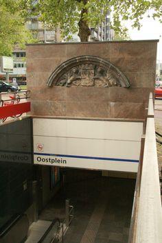 De Marinier - Oostplein Rotterdam. De kazerne die hier stond, werd door het bombardement van Rotterdam vernietigd. Deze steen, boven de ingang van het metrostation is overgebleven.Foto: G.J. Koppenaal, 2/5/2014