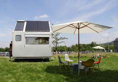 太陽電池パネルのある2×2メートルの家