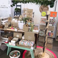 I need a stand for my handmade cards like the one in the picture! #craft #craftfair #craftdisplay Craft Stall Display, Craft Booth Displays, Craft Show Booths, Cookie Display, Display Ideas, Bazaar Booth, Craft Fair Table, Craft Stalls, Vendor Booth