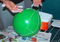 Da Toras taklampe gikk i gulvet, tok hun saken i egne hender. Hun laget en lekker erstatter av bomullstrå, tapetlim og ballong. Inpirasjonen fant hun i en dyr designlampe.