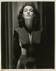 Vivien Leigh by Laszlo Willinger. Very femme fatale. Old Hollywood Glamour, Golden Age Of Hollywood, Vintage Glamour, Vintage Hollywood, Hollywood Stars, Vintage Beauty, Classic Hollywood, Vivien Leigh, Scarlett O'hara