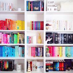 Am besten wirken die nach Farben sortierten Bücher in einem weißen Regal.