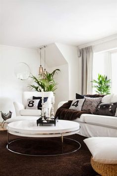 Mysigt tv-rum. Soffan är köpt på Stalands möbler och soffbordet på Zandvoort. Matta, puffar och fåtölj, allt från Ikea. Pläd Nordiska hem. Tidningsställ, Kamelo, från Zandvoort. Taklampor från Årstiden.