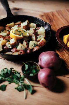 Pour accompagner vos grillades, ces pommes de terre au citron et à la grecque vous réjouiront! Un seul plat au four, 6 ingrédients et le tour est joué! Sentez vous au restaurant grec grâce à cette recette de Knorr. Potato Salad, Potatoes, Ethnic Recipes, Food, Lemon Potatoes, Grilling, Yummy Recipes, Side Dishes, Meal