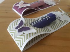 With a strip of color cardboard and a bit of designer paper are created quickly . Diy Paper, Paper Crafts, Gift Wraping, Cute Box, Small Gift Boxes, Pillow Box, Diy Box, Stamping Up, Creative Gifts