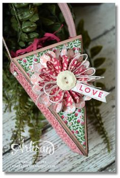 created a hanging triangle box by using the Cutie Pie Thinlits. I cut off the top flaps and added a handle. It is just perfect for giving to my sweetie or even to a friend for Valentine's Day. Treat Holder, Treat Box, Scrapbook Paper Crafts, Paper Crafting, Scrapbooking, Making Greeting Cards, Valentine Treats, Paper Pumpkin, Little Gifts
