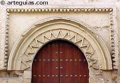 Portada románica y mudéjar en la iglesia de la Magdalena. Córdoba