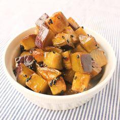 「簡単おやつ カリカリキューブ大学芋」の作り方を簡単で分かりやすい料理動画で紹介しています。大学芋をコロコロのキューブ型にし、カリカリに焼いて作る、アレンジ大学芋です。揚げずに簡単に作れて、見た目も可愛い一口おやつ。普通大学芋も美味しいですが、こんなアレンジもたまにはいかがですか?ぜひ作ってみてくださいね。