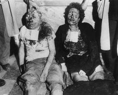 28 Aprile 1945: foto dei cadaveri mutilati di Benito Mussolini (1883-1945) e della sua amante, Claretta Petacci (1912-1945), appena deposti dalle corde che li tenevano appesi per i piedi presso un distributore a Piazzale Loreto, a Milano, alla fine della Seconda Guerra Mondiale. La coppia aveva tentato di fuggire in Svizzera, ma furono catturati e giustiziati da partigiani italiani (anche se la storia è molto controversa!). (Photo by Hulton Archive / Getty Images)