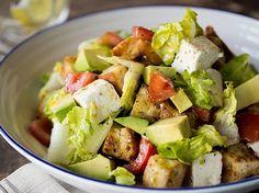 Herzhafter Brotsalat mit Avocado, Feta und Tomaten