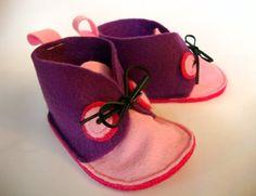 Chaussons pour bébé en laine feutrée violet par GabardineCouture
