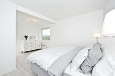 Soverom i harmoniske farger Bed, Furniture, Home Decor, Modern, Decoration Home, Stream Bed, Room Decor, Home Furnishings, Beds