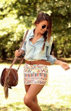 """o combo camiseta jeans + saia floral tá parecendo mais um uniforme das meninas, achei esse look étnico bem inspirador e """"fujão de padrões""""! Os acessórios complementam o look de uma maneira bem leve e despojada… usar salto sempre não rola né? Fora que essa saia estampada é uma coisa de linda, não precisa de muita coisa pra deixar tudo mais interessante"""