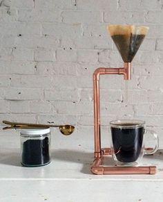Snyggaste kaffebryggaren gör du enkelt med rör och en tratt