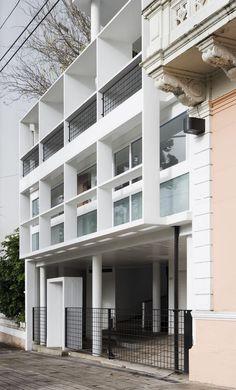 Exterior of the Maison du Docteur Curutchet in La Plata, Argentina, Le Corbusier. Le Corbusier Architecture, Architecture Résidentielle, Contemporary Architecture, Chinese Architecture, Futuristic Architecture, Famous Architects, Brutalist, Bauhaus, Building Design