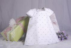 Vestido confeccionado en piqué blanco con bodoques bordados en gris combinado con volantes en seda salvaje gris. Confeccionado por encargo.