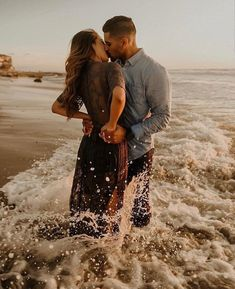 How to Take Good Beach Photos Wedding Pictures Beach, Couple Beach Pictures, Beach Engagement Photos, Beach Photos Couples, Country Engagement, Engagement Session, Couples Beach Photography, Photography Outfits, Dark Photography