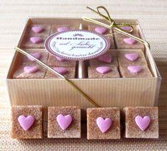 *32 süsse Herzchen auf braunem Würfelzucker! Eine hübsche Farbkombination!*    *Machen Sie Ihre Feier einzigartig!*