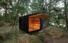 Small Retreat House in the Forest Designed to Rest on a Giant Boulder - My Modern Met Forest Cabin, Forest House, Cabinet D Architecture, Architecture Design, Giant Boulder, Boulder House, Retreat House, Cabin In The Woods, Refuge