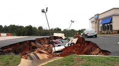 Estados Unidos: un cráter se tragó a 12 vehículos en Mississippi