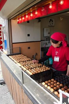 Making of Takoyaki! (snack with octopus is very popular in Japan) Awww, totally makes me really mis Japan, and authentic Takoyaki! Japanese Street Food, Japanese Streets, Japanese Food, Japanese Pancake, World Street Food, Kobe Japan, Osaka Japan, Takoyaki, Le Far West