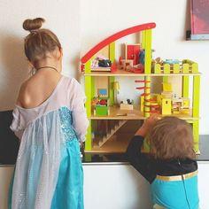 Gracias a @baby_caprichos hemos encontrado la casa de muñecas ideal, el tamaño justo para el hueco que teníamos, con poco rosa y un coche y un garaje xD Sólo le faltaba el huerto pero lo hemos comprado aparte xD Están entusiasmadas  #jugaresesencial