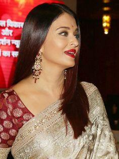 Aishwarya Rai Bachchan Looked Magnificent Metallic Ivory & Gold Sabyasachi Saree