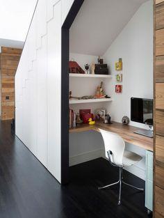 De ruimte onder de trap kun je goed benutten, zeker als je klein behuisd bent. Maak er opbergruimte van, een werkplek, boekenkast of zelfs een toilet of wasruimte
