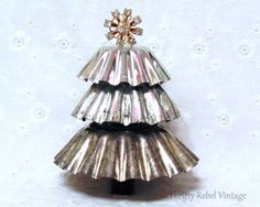 Repurposed Christmas Tart Tin Tree It's easy to make a repurposed tart tin tree with just a few simple supplies.<br> It's easy to make a repurposed tart tin tree with just a few simple supplies. Recycled Christmas Tree, Vintage Christmas Crafts, Primitive Christmas, Vintage Crafts, Christmas Love, Xmas Crafts, Country Christmas, Xmas Tree, Christmas Projects