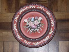 Prato de madeira torneada pintado em bauernmalerei (Pintura Campestre Alemã). Pode ser usado para decoração de paredes ou balcões. Medida aproximada: 33cm de diâmetro. R$ 180,00