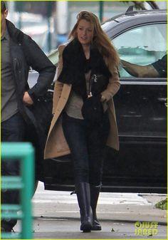 Blake Lively: 'Gossip Girl' Rainy Set Day! | blake lively rainy gossip girl set day 01 - Photo